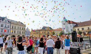 Druhý zářijový den se na počest 140. výročí založení školy z mělnického náměstí Míru vznesly k nebi stovky barevných balonků.