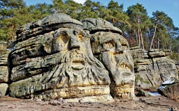Dvojice skalních útvarů o výšce kolem deseti metrů, které se tyčí vysoko nad Želízy poblíž Mělníka, je nejznámějším sochařským dílem Václava Levého.