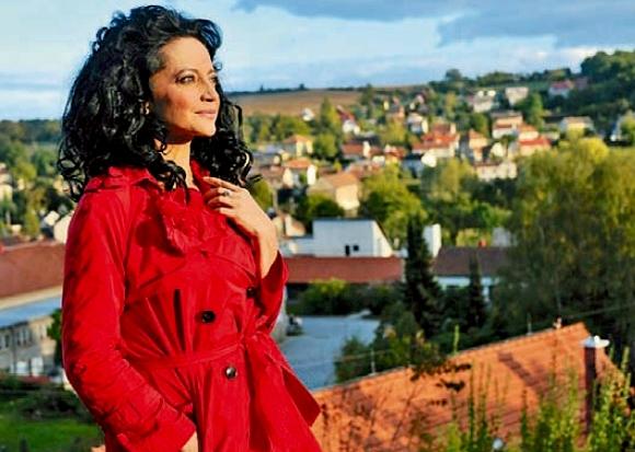 Zpěvačka Lucie Bílá, která se cítí být velkou patriotkou svých rodných Otvovic ležících nedaleko Kralup nad Vltavou, se rozhodla pokusit zachránit tamní kulturní stánek.