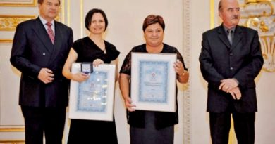 Ředitelka Farní charity Neratovice Miloslava Machovcová (druhá zprava) již za svůj tým převzala řadu významných ocenění.