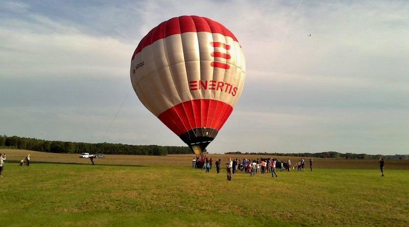 Horkovzdušný balón na drakiádě v Jelenicích kvůli silnému větru nevzlétl.