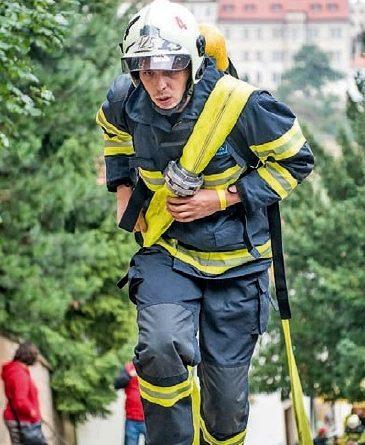 Jedna z nejtěžších hasičských soutěží, jejíž podmínky simulují práci hasiče při zásahu, se uskutečnila 17. září pod Petřínskou rozhlednou v Praze.