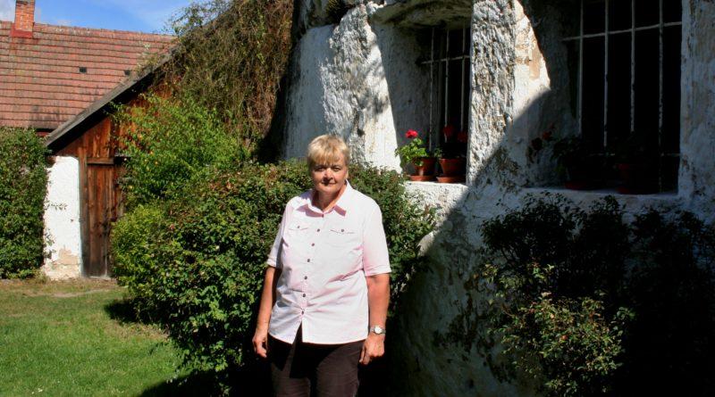Ředitelka Regionálního muzea Mělník Miloslava Havlíčková před skalním bytem ve Lhotce.