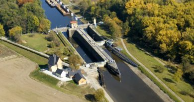 Letecký pohled na zdymadlo Hořín.
