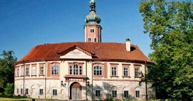 Liběchovský zámek stojí na místě původní středověké tvrze, kde vznikl v polovině 16. století vodní hrádek.
