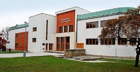 Masarykův kulturní dům – budova elegantních tvarů a materiálů uvnitř i vně – byl postaven ve stylu funkcionalistického purismu podle projektu mělnických autorů Jiřího Širce, Bedřicha Zemana a Jana Bohuslava Zeleného.