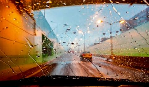 Jízda za mlhy je nebezpečná – výrazně klesá viditelnost a mlha zkresluje vnímání rychlosti pohybujícího se vozidla.