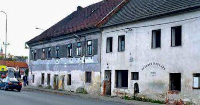 Bytový dům č. 1108 v Českolipské ulici v Mělníku - Pšovce se nachází ve velmi špatném technickém stavu. Nemovitost, kterou nyní obývá 30 romských obyvatel, z toho asi polovina dětí, byla koncem října prodána v exekuci a nový vlastník – známý mělnický podnikatel, se netají záměrem ukončit s obyvateli domu nájemní smlouvy. Foto Otto Lokaj