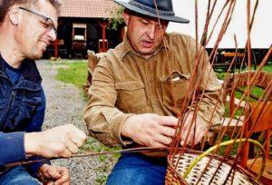 Košíkář Petr Král (vlevo) své bohaté zkušenosti předává zájemcům o staré řemeslo.