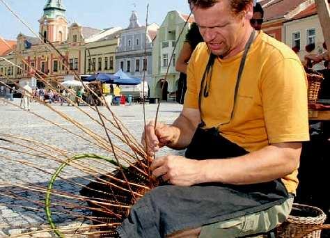 Mistr tradiční rukodělné výroby Středočeského kraje Petr Král při práci na mělnickém náměstí.
