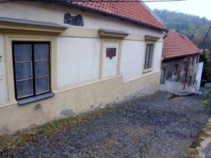 Dům, v němž se Olga Scheinpflugová narodila, se nachází v půvabné uličce Na valech, nedaleko slánského Masarykova náměstí.