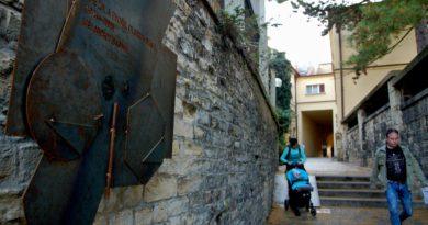 Pamětní deska na Wenzlově vile v Mělníku.