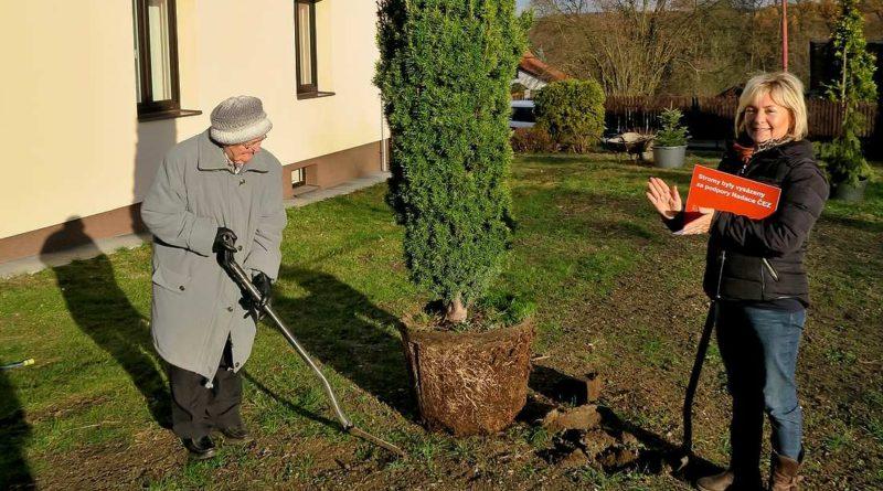 Se sázením nových stromů v Kanině symbolicky pomohla i nejstarší obyvatelka obce, devětaosmdesátiletá Milada Cardová (vlevo), stejně jako starostka Jaroslava Vraná (vpravo).