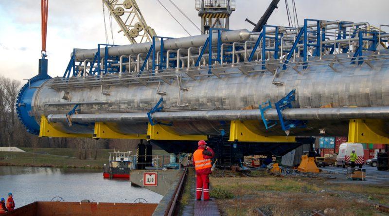 V mělnickém přístavu překládali na loď náklad o rekordní hmotnosti i rozměrech. Foto - Jiří Janda
