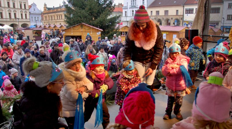 Vystoupení dětí z mělnických mateřských škol zahájilo Mělnické vánoční trhy na náměstí Míru. Foto - Jiří Janda