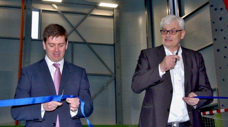 Při otevření nové haly slavnostně přestřihli pásku krajský radní pro školství Jan Skopeček (vlevo) a jeho předchůdce ve funkci, dnešní zastupitel Milan Němec (vpravo). Foto - Jiří Janda