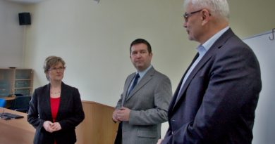 Ředitelka Gymnázia Jana Palacha Ilona Němcová (zleva), předseda Sněmovny parlamentu Jan Hamáček a krajský zastupitel a člen krajského výboru pro vzdělávání a zaměstnanost Milan Němec při debatě s mělnickými gymnazisty.