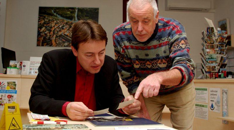 Mělnický kronikář Martin Klihavec (vlevo) dostává podklady pro přípravu kronik i od obyvatel města.