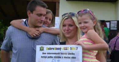 Dojatá maminka malé Nikolky Čížkové s pořadatelem akce a členem SDH Lhotka Tomášem Svobodou (2)