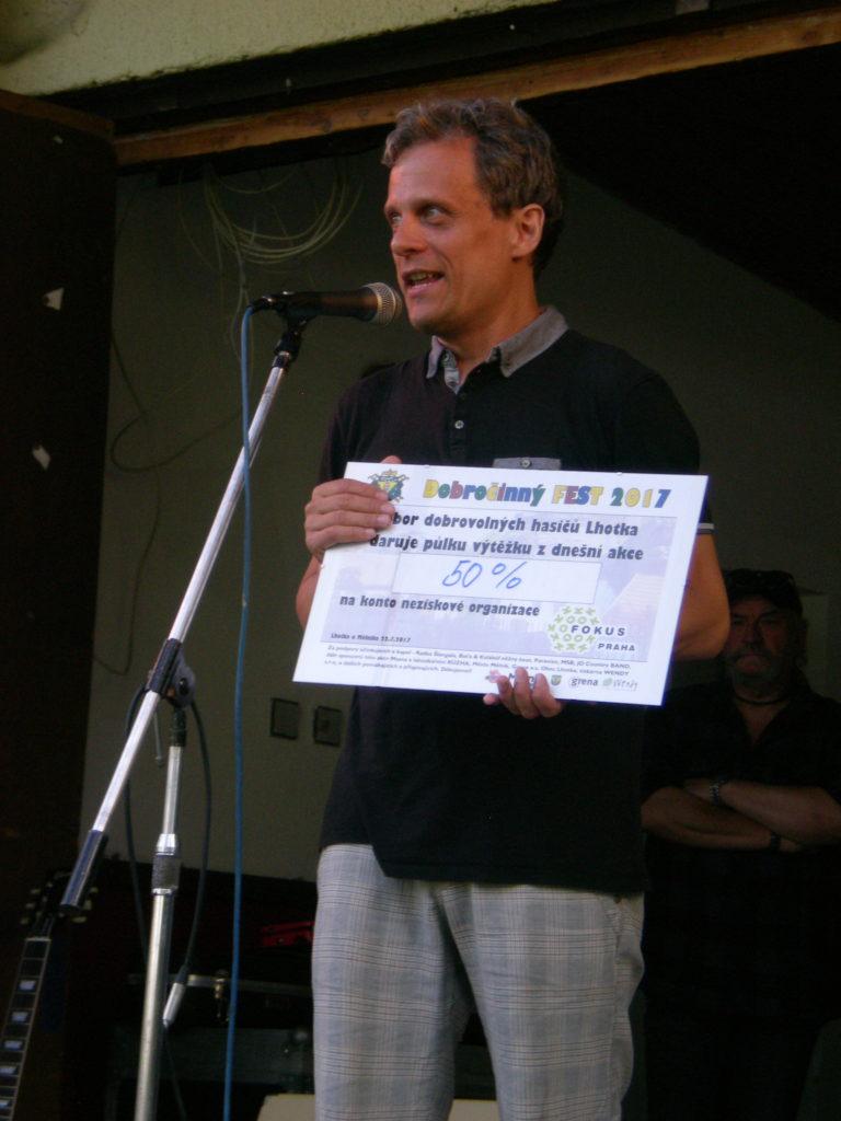Ředitel Centra Václav Vopat při přivzetí výtěžku charitativní akce - poděkování pořadatelům (1)