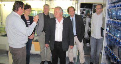 prof. Zažímalová a Dr. Havlas s vedením ÚŽFG při prohlídce specializovaného chovu ryb