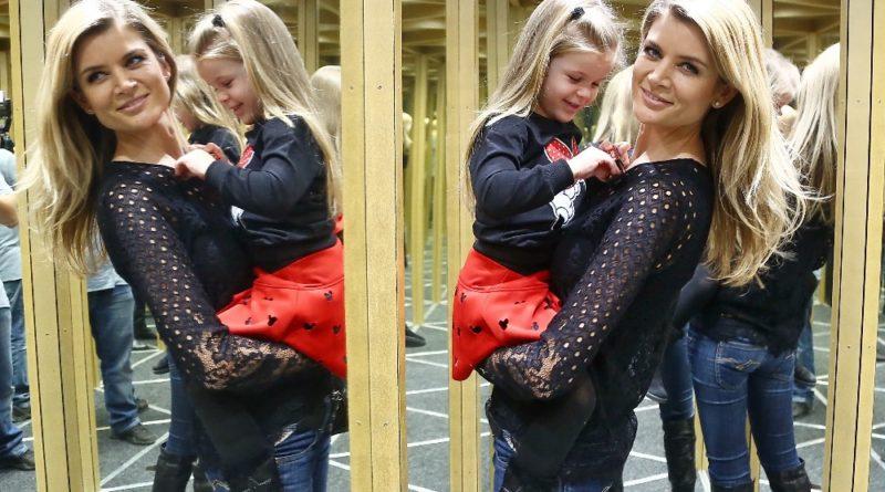 Iveta Lutovská s dcerou Anetkou, která právě kouzlí s krabičkou