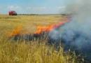V Kralupech hořelo pole, příčinou byla závada vareálu chemičky
