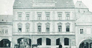 Manželé Karel a Emilie Stádníkovi nechali hostinec přestavět na třípodlažní hotel. Foto z roku 1901.