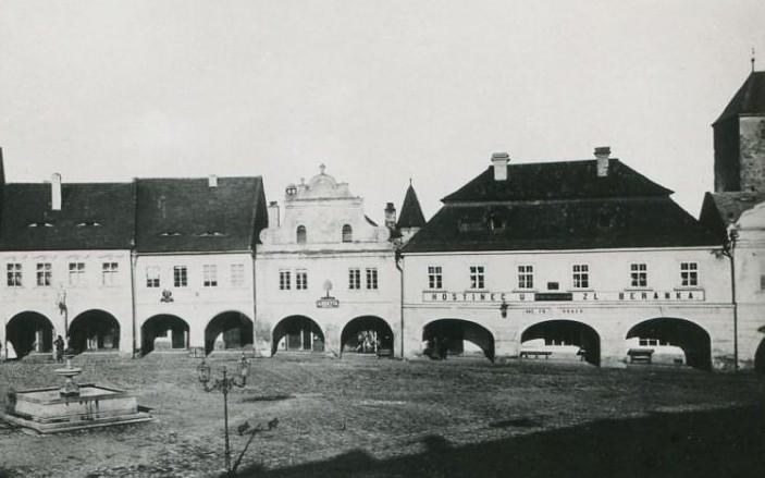 Jednopatrový barokní hostinec U Zlatého beránka z roku 1884