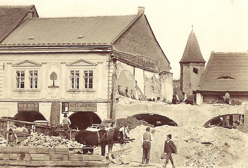 Demolice barokního hostince U Zlatého beránka v roce 1893. Vedle dům U Zelené lípy před rekonstrukcí