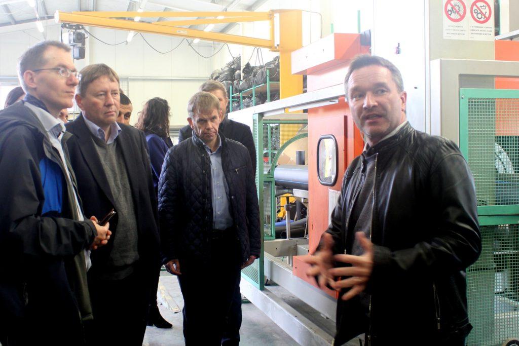 Petr Novotný, ředitel společnosti Luna Plast a.s., popisuje účastníkům programu proces výroby